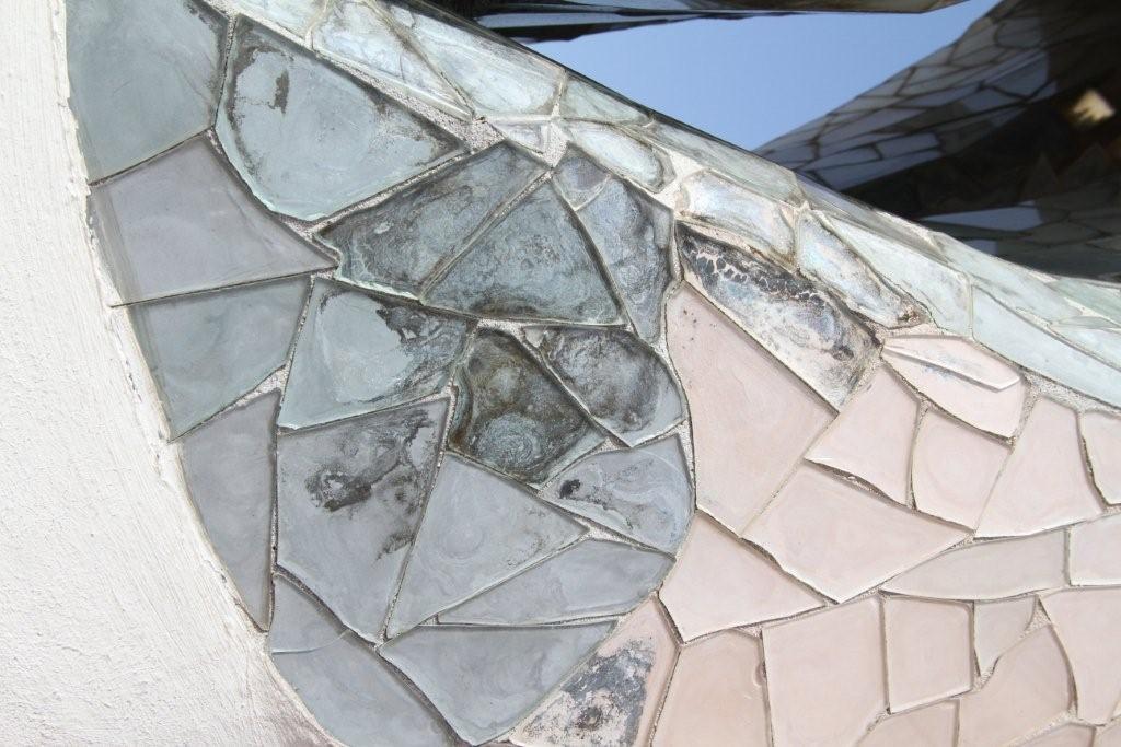 ガラス破片と色漆喰の写真