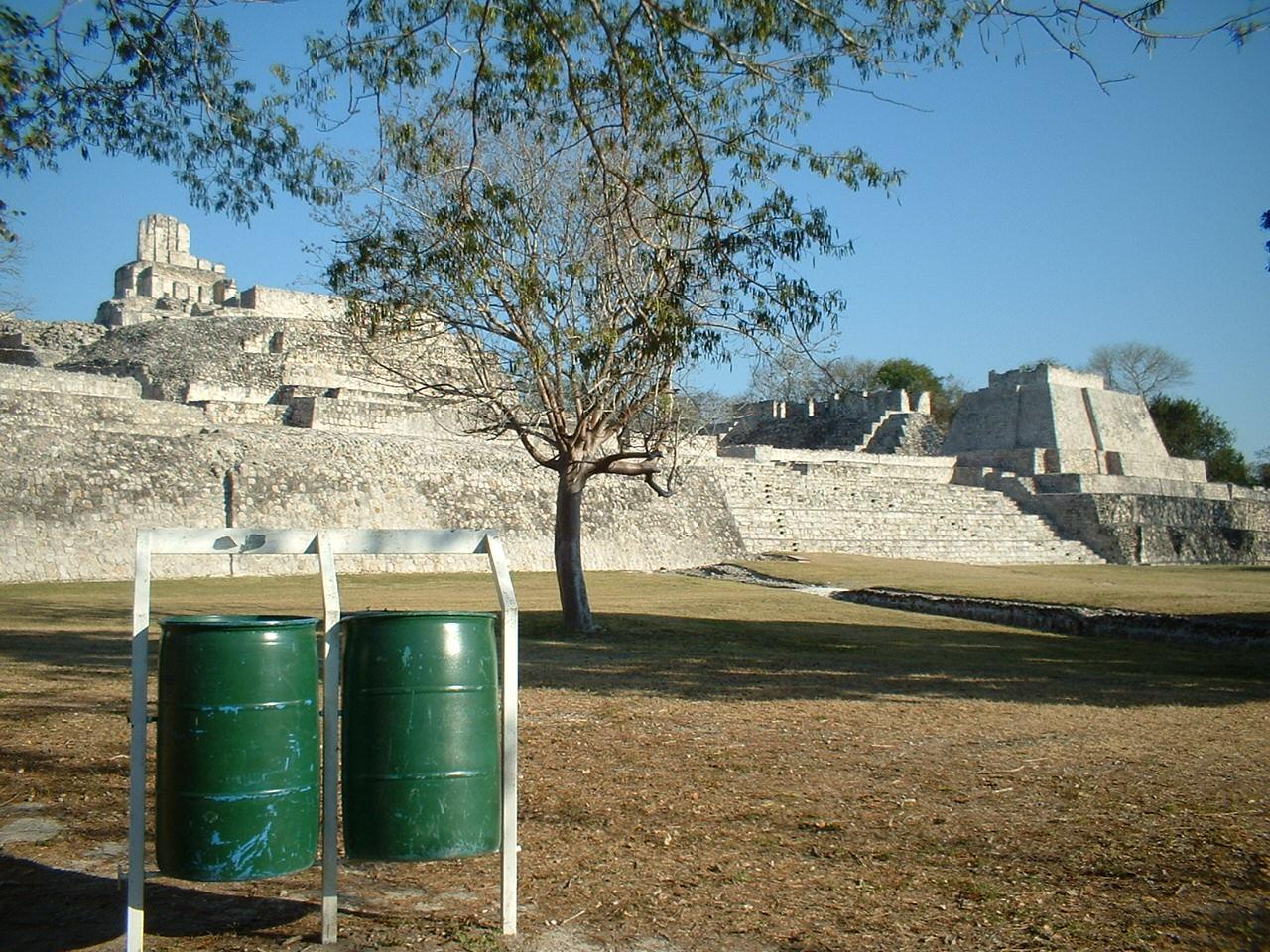 マヤ遺跡のそばに(2006.03メキシコにて撮影) 何かのドラム缶