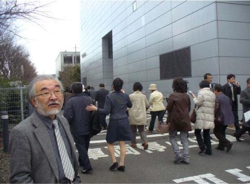 地震当日の合格者ミーティングにて避難する参加者