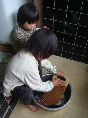 子供が洗濯をしているところ
