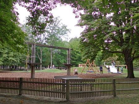 公園と子どもの遊び場と木柵