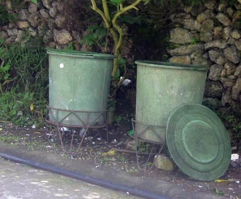 写真① 道路端のごみ容器